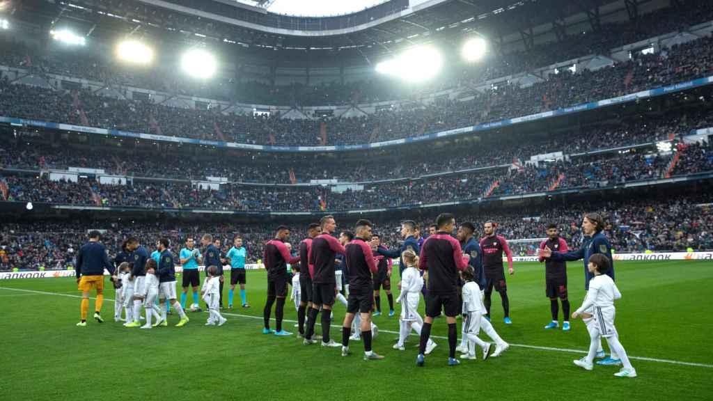 El Sevilla hace el pasillo al Real Madrid tras ganar la Supercopa de España
