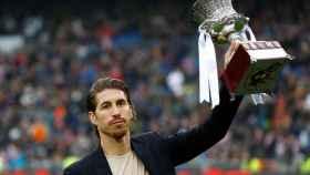 Sergio Ramos presenta el título de la Supercopa de España al Santiago Bernabéu