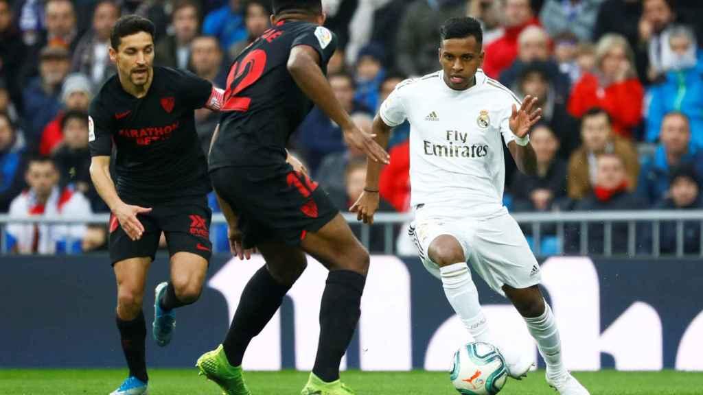 Rodrygo presionado por dos jugadores del Sevilla