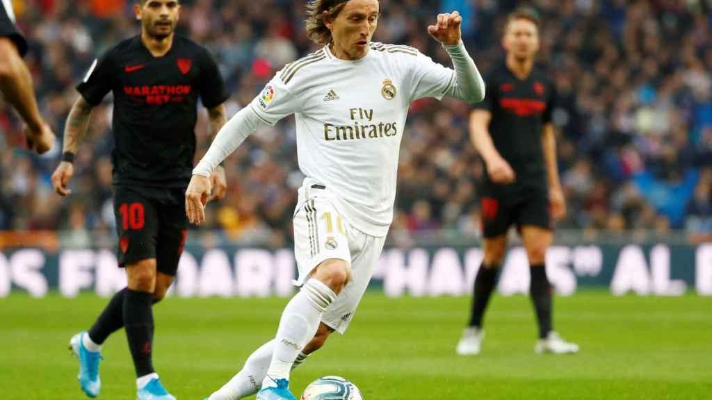 Luka Modric supera la presión del Sevilla