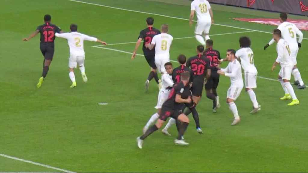 Gol anulado al Sevilla por falta previa a Militao
