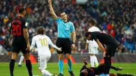 Martinez Munuera muestra la tarjeta amarilla a Luka Modric