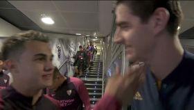 Courtois y Reguilón se encuentran en el túnel de vestuarios antes del partido