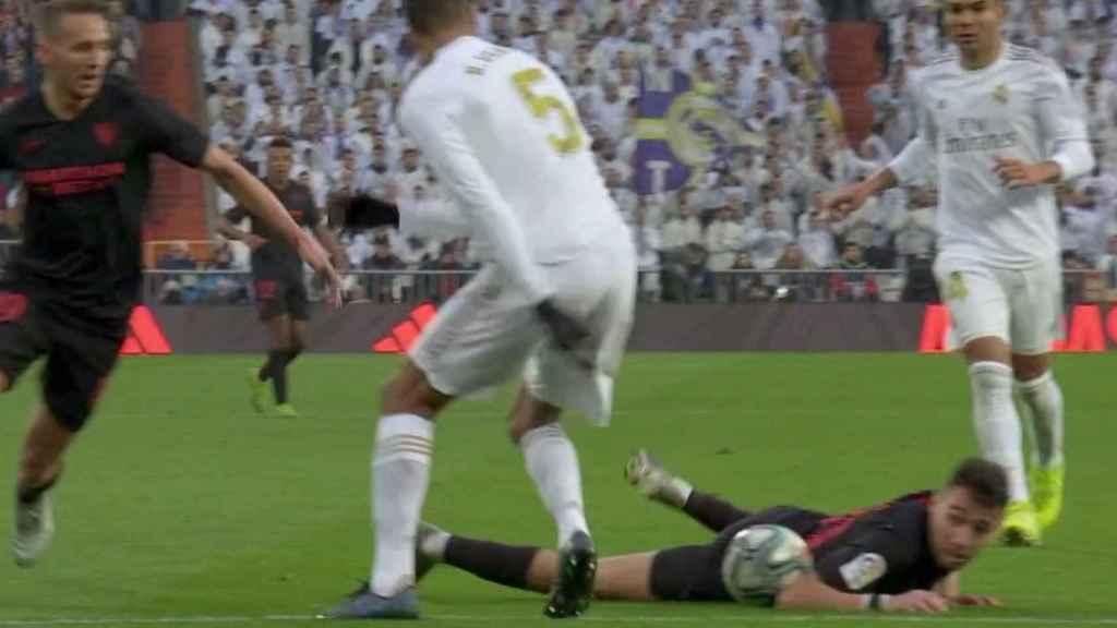 Munir toca el balón con el brazo antes del gol de De Jong