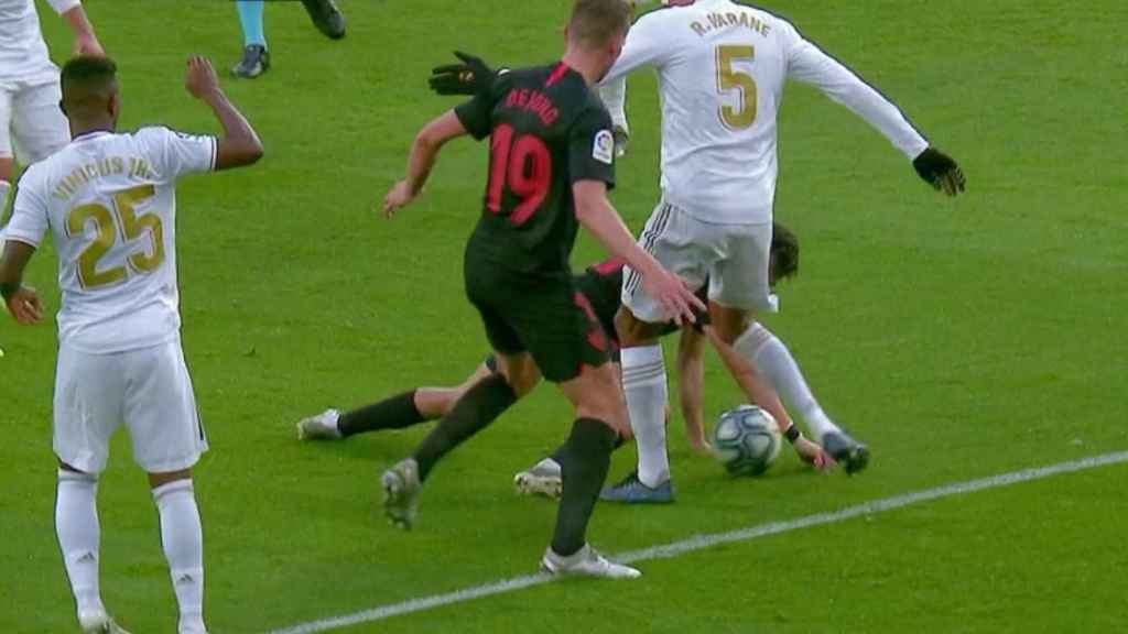 Munir toca el balón con el brazo antes del gol de De Yong
