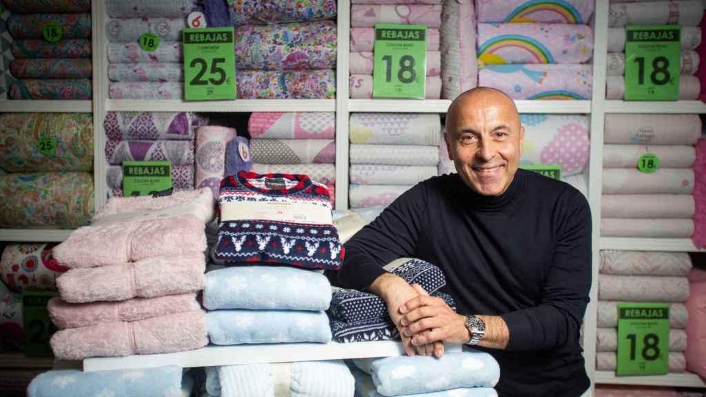 Alberto Hernández apoyado en algunos de sus modelos de pijamas.