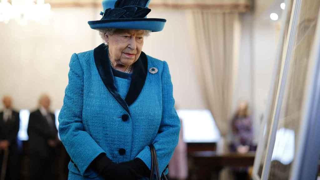 La reina Isabel II ha reiterado su apoyo a la decisión de los duques.