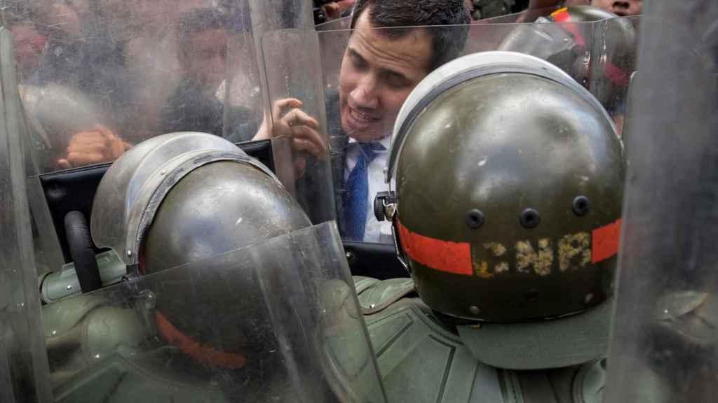 Juan Guaidó intentando acceder a la sede del Parlamento en Caracas.