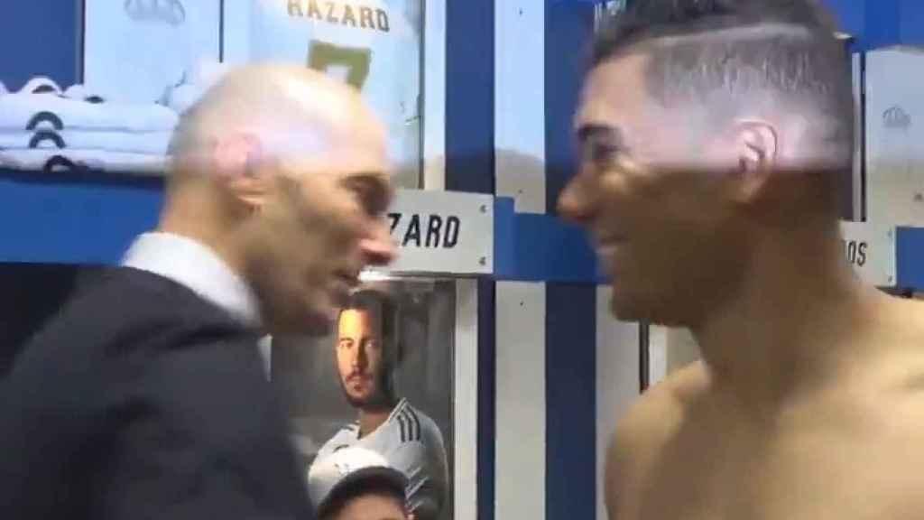 Zidane y Casmiro, en el vestuario tras el 2-1 al Sevilla