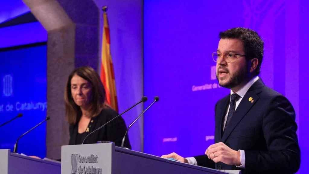 El vicepresidente de Economía del Govern, Pere Aragonès (d), y la portavoz, Meritxell Budó (i), tras presentar el salario mínimo