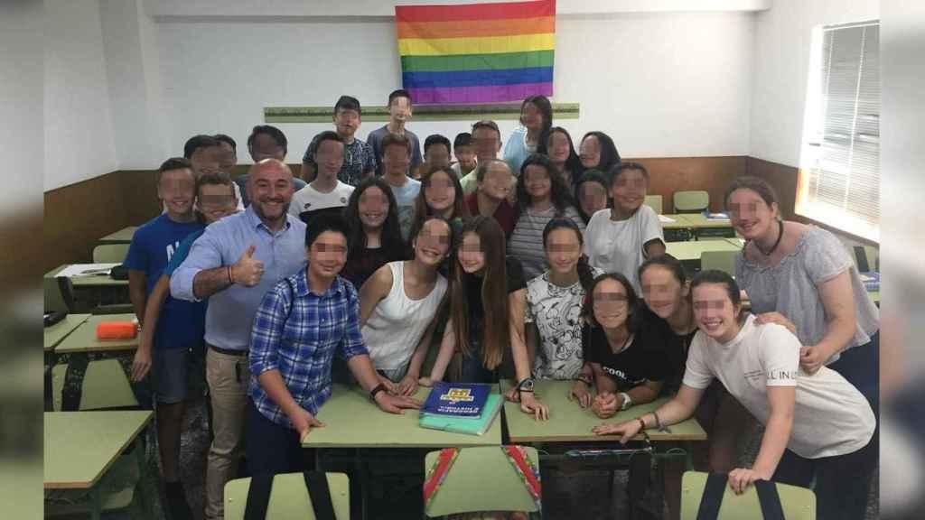 Estos jóvenes regalaron a su profesor Diego una bandera del orgullo LGTBI el pasado curso.