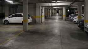Garaje de la vivienda donde residía la expareja asesinada por un mosso d'Esquadra en Tarrasa.