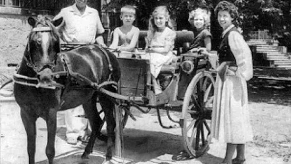 La familia subida a una mula.