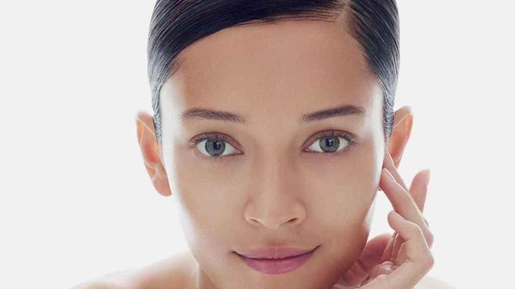 Una modelo luciendo una piel tersa y sin imperfecciones.