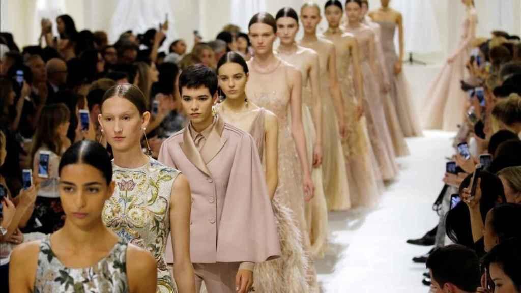 Desfile de Dior Alta Costura en París.