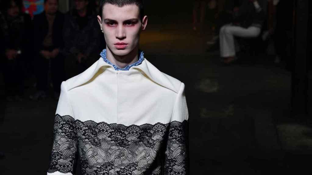 Detalle de un modelo luciendo prendas de la última colección de Palomo Spain, que ha mostrado en la pasarela de París.