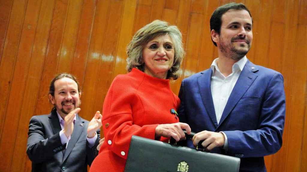 Garzón recibe la cartera de Consumo de manos de María Luisa Carcedo, ante el aplauso de Iglesias.