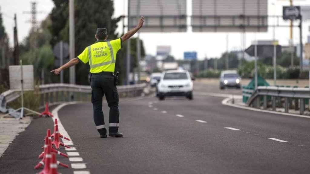Un agente de la Guardia Civil en un control de Tráfico.