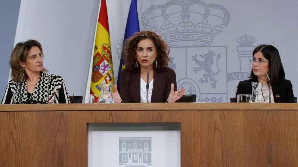 La ministra y portavoz, María Jesús Montero,  junto con la vicepresidenta Teresa Ribera y la ministra Carolina Darias.