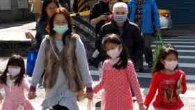 Gente con mascarillas tras confirmarse el primer caso en Taiwan.