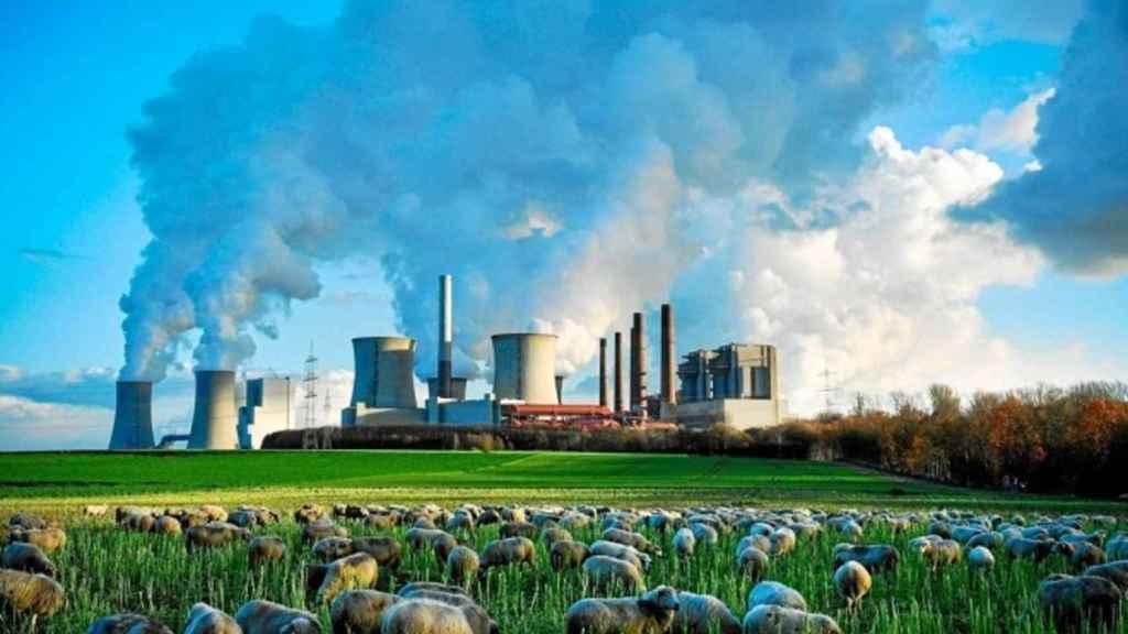 Una central nuclear en medio de un terreno agrícola.