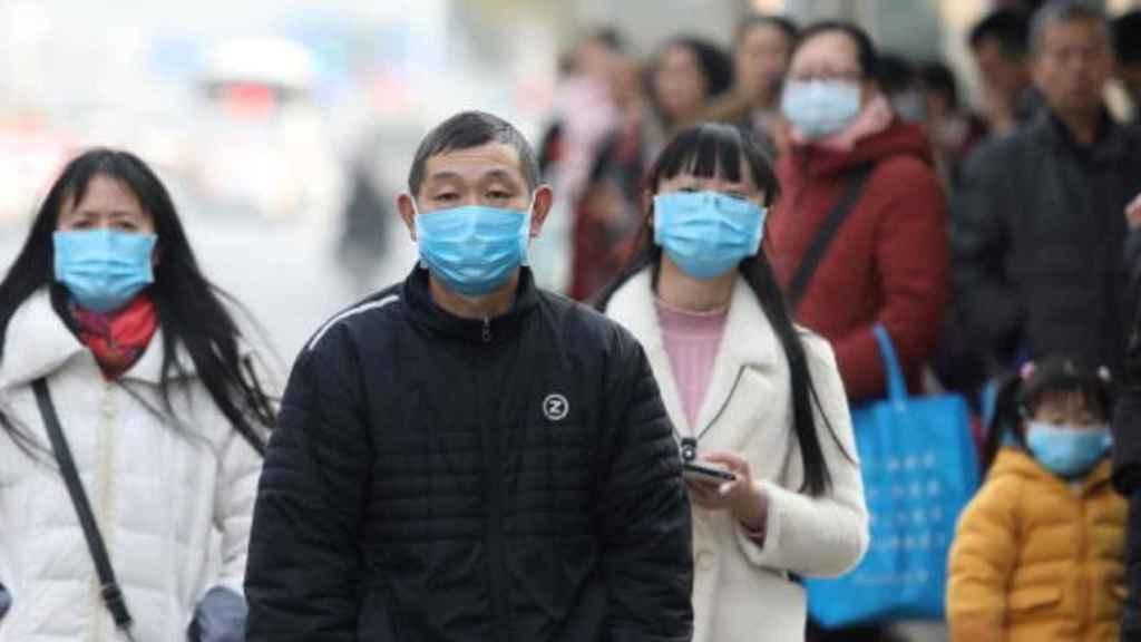 Ciudadanos chinos con mascarillas ante la amenaza mundial por el coronavirus.