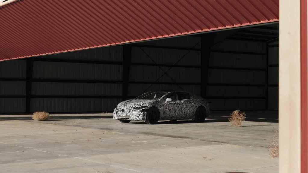 Modelo en preproducción del sedán eléctrico de Mercedes.