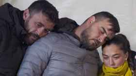 Los padres de Julen, junto a David Serrano, con quien les unía una especial relación.