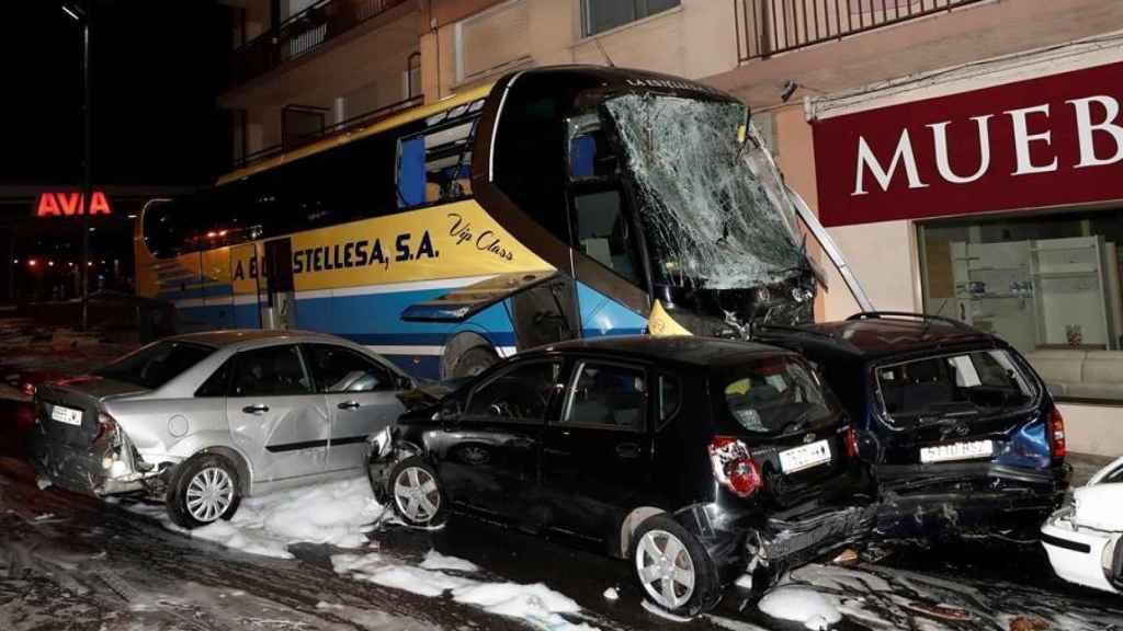 El autobús siniestrado de la empresa La Estellesa y los coches con los que colisonó.