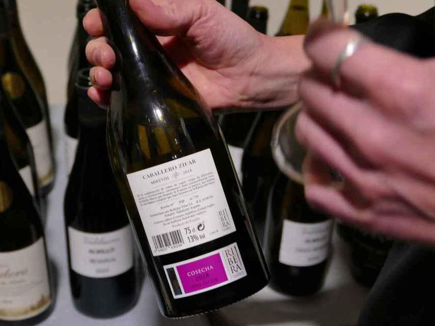 La D.O. ha concedido las primeras contraetiquetas destinadas a vinos blancos .