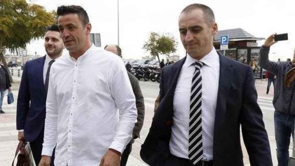David Serrano junto a su abogado, Antonio Flores, acudiendo al Juzgado.