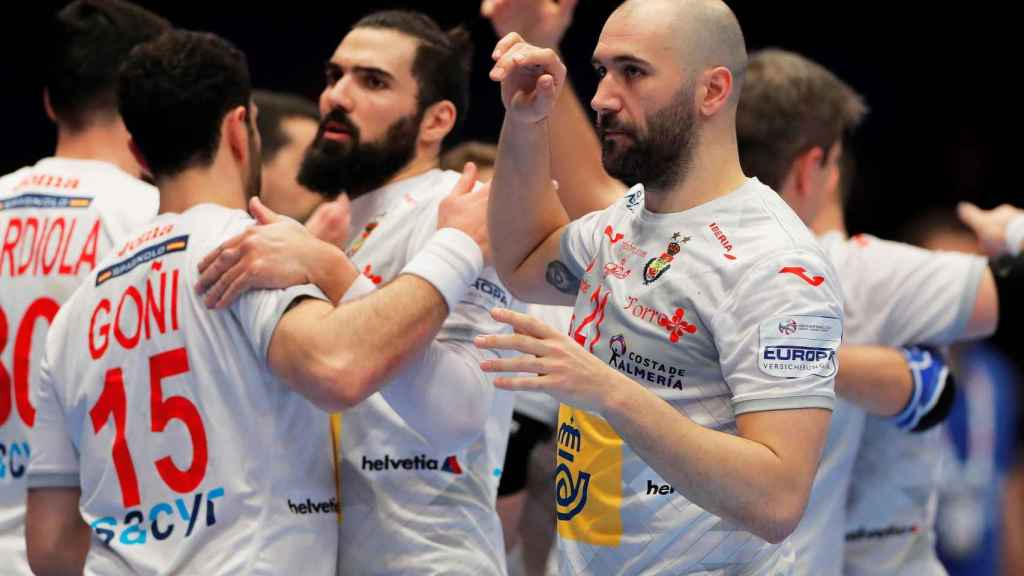 Los jugadores de la selección española se felicitan por el pase a semifinales