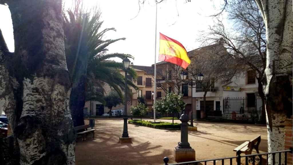 La bandera española ondea a media asta en la Plaza de la Constitución.