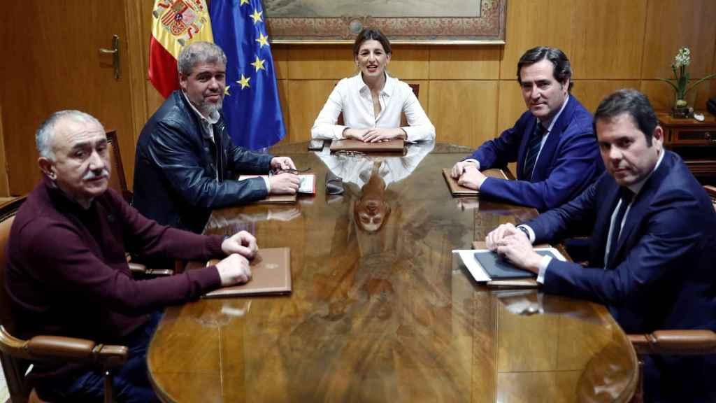 La ministra de Trabajo, Yolanda Díaz, durante la reunión con los dirigentes de la CEOE, Antonio Garamendi, y CEPYME, Gerardo Cuerva, y de los sindicatos, CCOO, Unai Sordo, y UGT, Pepe Álvarez.