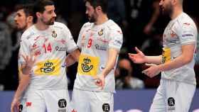 Los jugadores de la selección española de balonmano, durante un partido