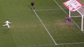 Iago Herrerín adelantado en el penalti lanzado por Iván Sánchez.
