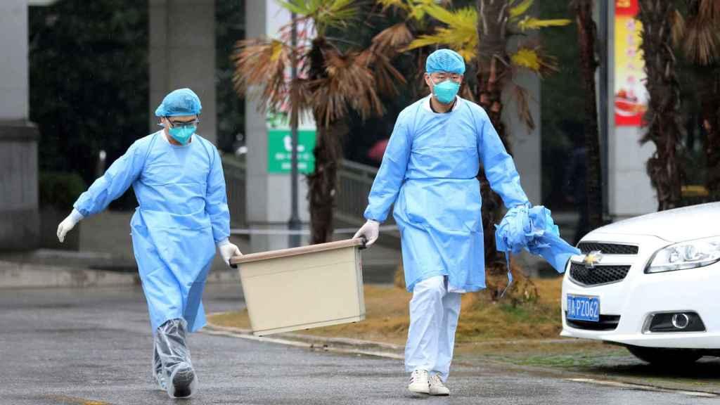 Trabajadores de un hospital de Wuham donde hay pacientes ingresados con la nueva neumonía.