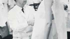 Balenciaga trabajando en su taller.