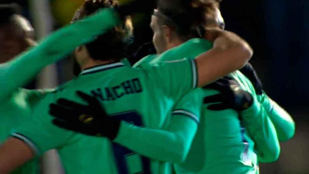 Los jugadores del Real Madrid felicitan a Bale tras su gol a Unionistas