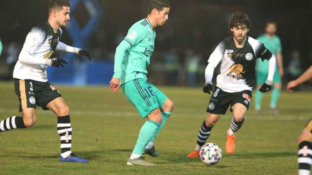 James Rodríguez controla el balón presionado por dos jugadores de Unionistas