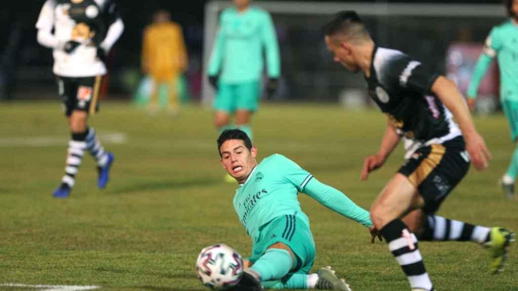 James Rodriguez se tira al suelo para robar un balón
