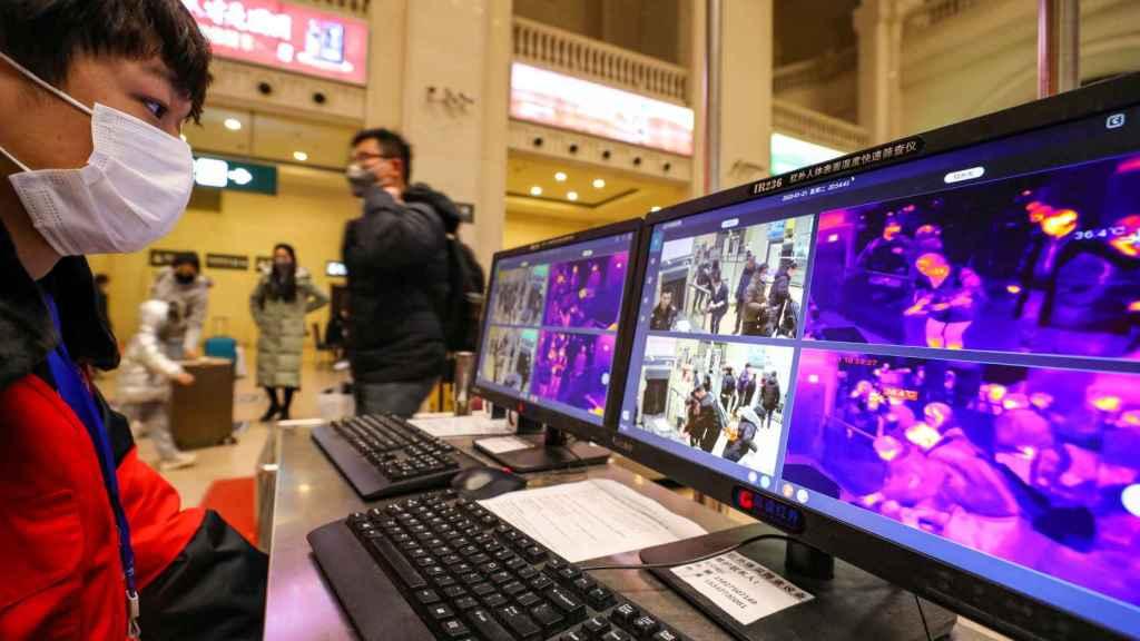 Controles en la estación de tren de Wuhan