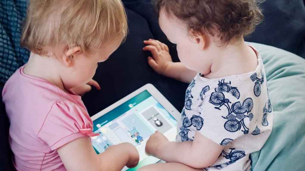 Bebés jugando con una tablet.
