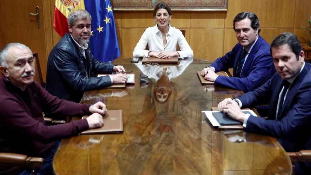 Representantes de los sindicatos y la CEOE con la ministra de Trabajo, Yolanda Díaz.