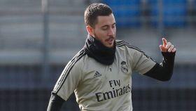 Hazard toca balón con el Real Madrid en un entrenamiento