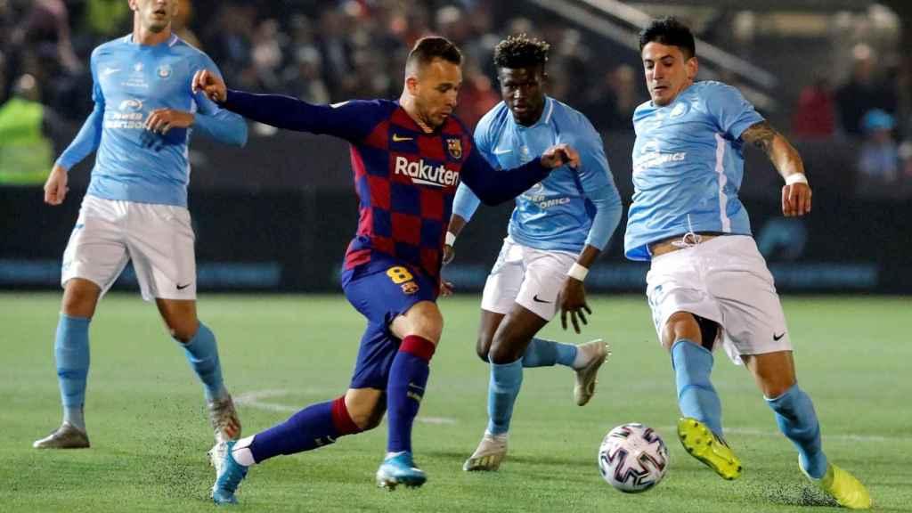 Javi Pérez observa a Arthur durante el partido de Copa