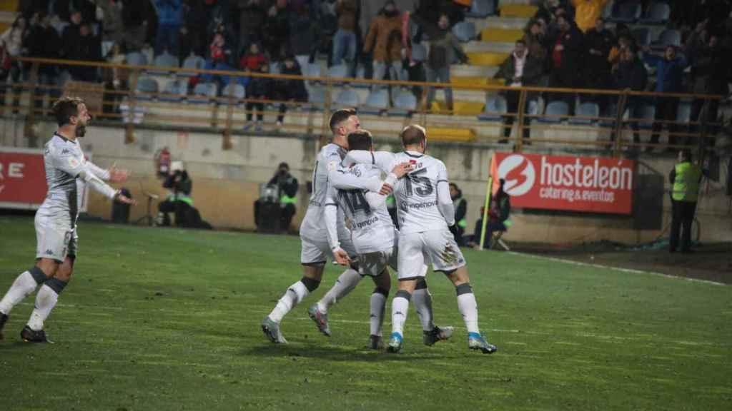 Los jugadores de la Cultural Leonesa celebran un gol ante el Atlético en la Copa del Rey