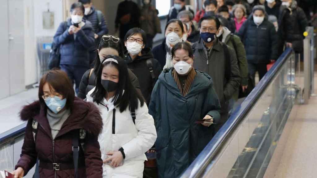 Pasajeros con máscarillas en el aeropuerto de Wuhan
