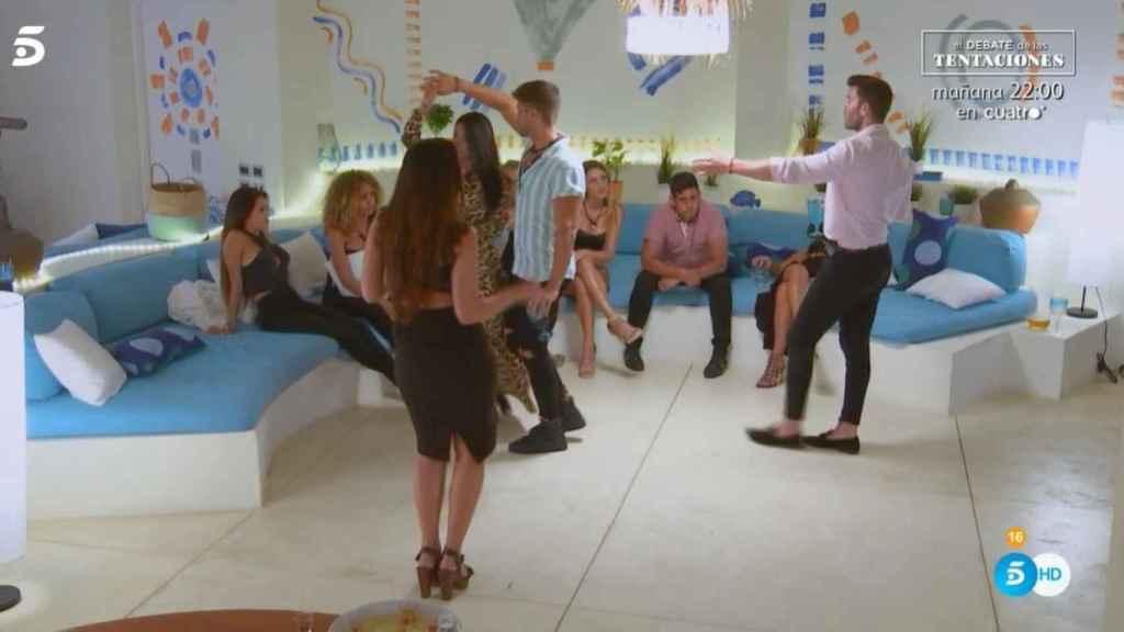 Ismael bailando con todas en 'La isla de las tentaciones'.
