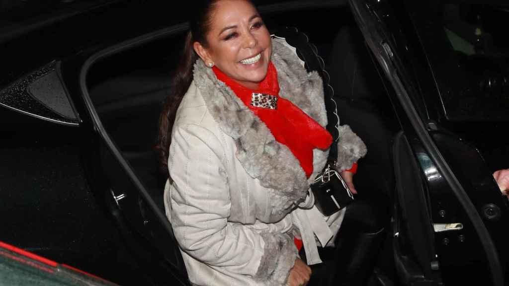 Isabel Pantoja entrando en un coche.